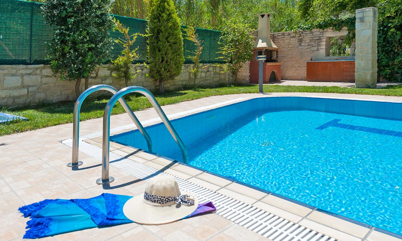 Beautiful garden villas in sfakaki rethymno for Swimming pool area