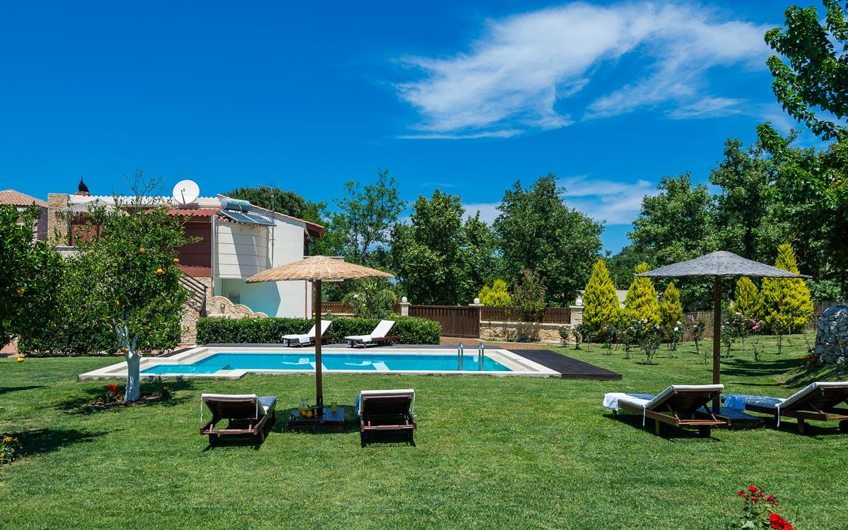 Nature heaven villa in tavronitis chania for Villa garden