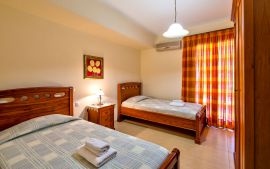 Villa Yannis, Астери, villa-yiannis-twin-bedroom-ground-floor-1b