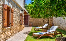 Villa Manolis, Asteri, Sunbeds in the courtyard